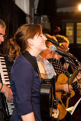 Karin Simonsen leder en av kvällens allsånger