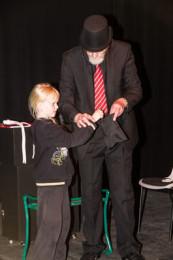 Vinnare av rockringstävlingen Freja Söderström lär sig här magiska trick av Mr junior