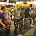 Intresserade besökare som vill se hur man slår rep.