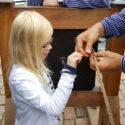 Flickan får hjälpa till med taglingen