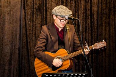 Emil Andersson på gitarr