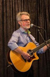 Alf Ivarsson spelar gitarr och sjunger eget skrivet material