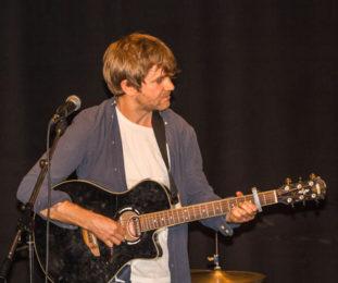 Jonas Galatius på gitarr och sång