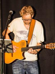 Johan Frendberg på gitarr